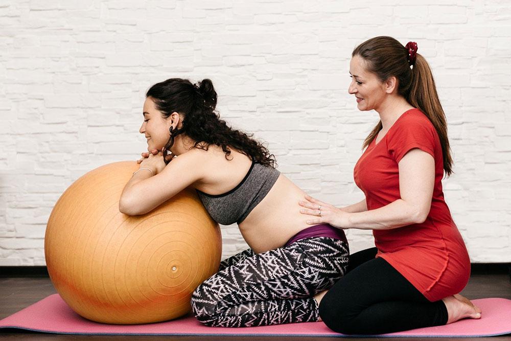 Массаж для беременных на шаре