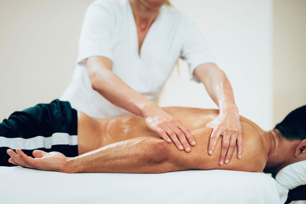 Мужчине делает массаж женщина